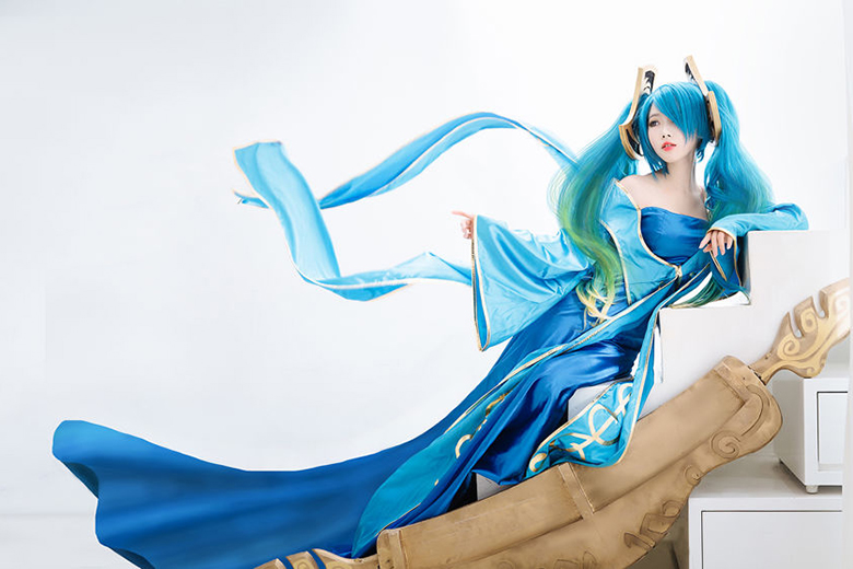 This League of Legend Sona Cosplay is Stunning